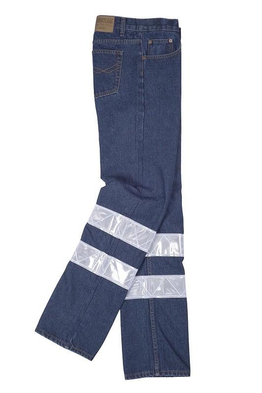 Pantalón tejano de trabajo con bandas reflectantes. Composición 30% Poliéster - 70% Algodón.